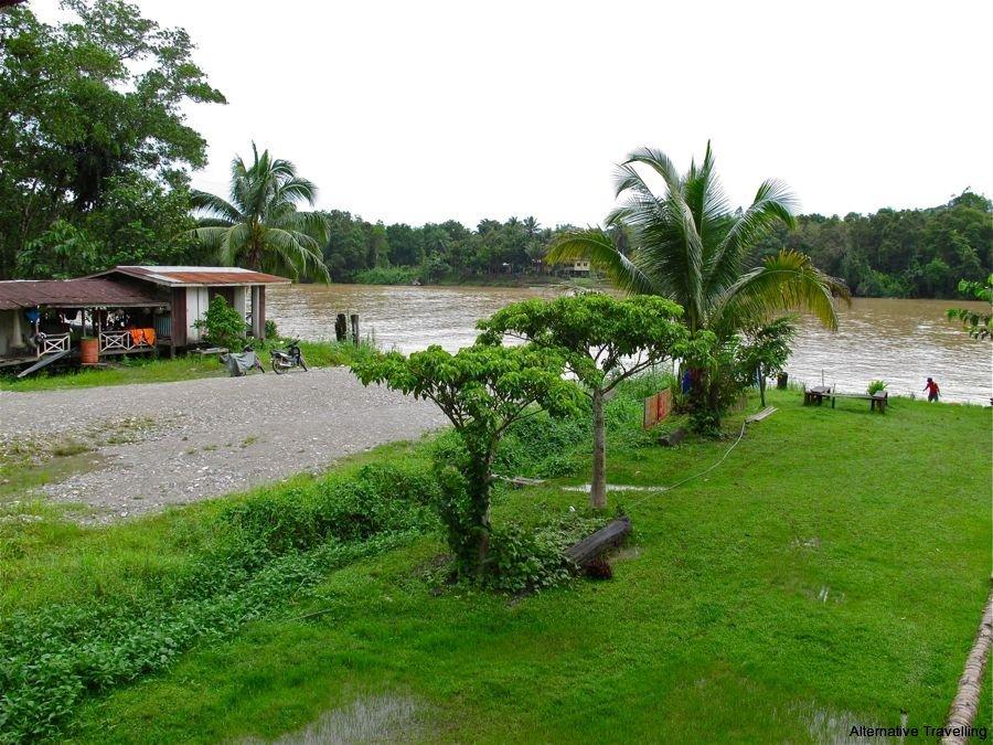 Кучингский аэропорт находится в шести километрах от центра города кучинг, он обслуживает пять малайских внутренних рейсов и девять международных.